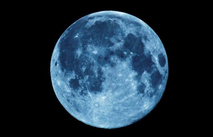 Niebieska pełnia księżyc