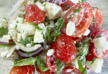 Łatwy - Sałatka z pomidorami, fetą i czerwoną cebulą 8