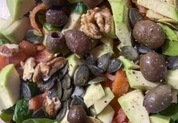 Łatwy - Sałatka z wędzonym łososiem i suszonymi pomidorami 5