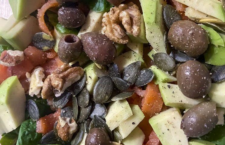 Healthy Food - Sałatka z wędzonym łososiem i suszonymi pomidorami 1
