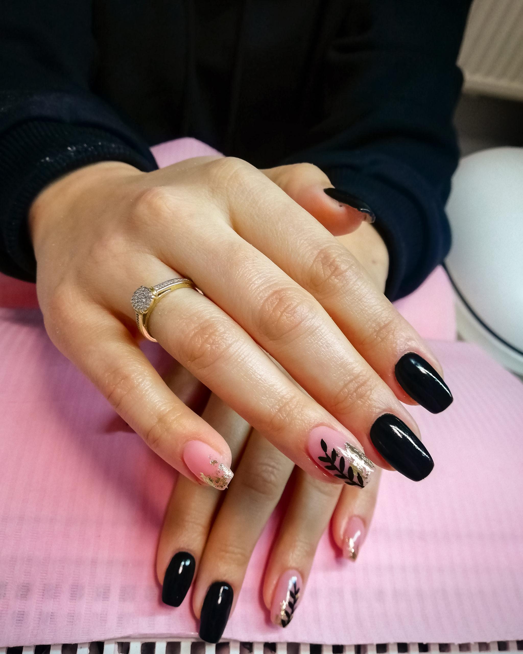 Czarne paznokcie z dodatkami
